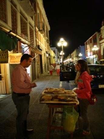 Vendedora de pan dulce en Puebla.png
